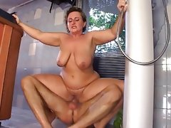 Plump mom gets fucked in the..