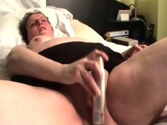 Chubby mature gets finger..